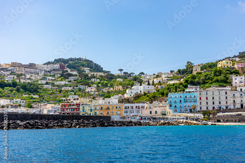 Foto auf AluDibond Stadt am Wasser Italy, Capri, view of the coast seen from the sea.