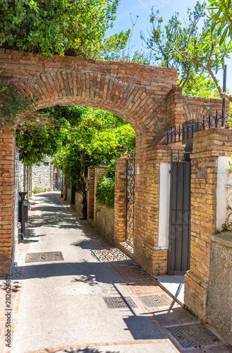 Fototapeten Schmale Gasse Italy, Capri, typical narrow street
