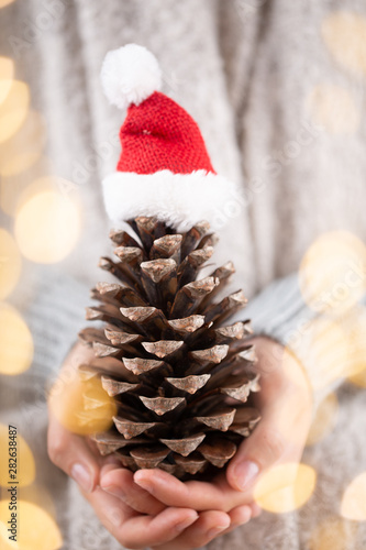 Spoed Foto op Canvas Londen Christmas decor in women hand. Christmas greeting card. Woman's hands hold christmas or new year decorated gift.