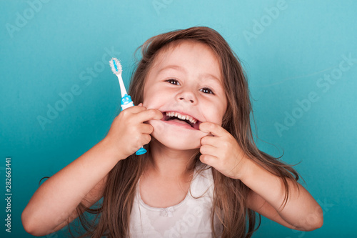 Foto  Cute little girl brushing her teeth