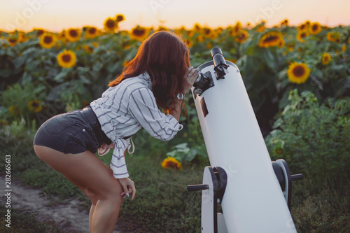 Photo Sexy woman looking through telescope