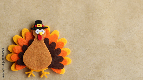 Fotografía  Felt turkey laying flat on a tan background with copy space