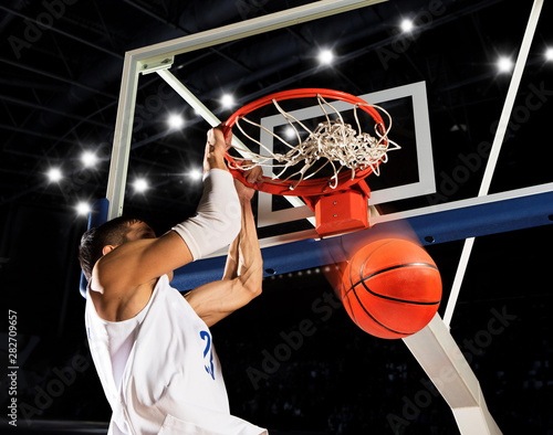 Fotografia  Man basketball player. Dunk. Number 23