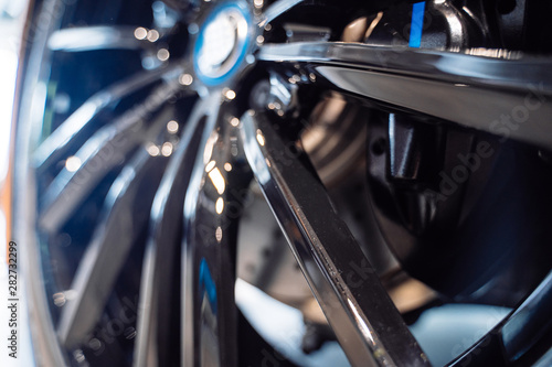 Cuadros en Lienzo  Close up of rim car alloy wheel.