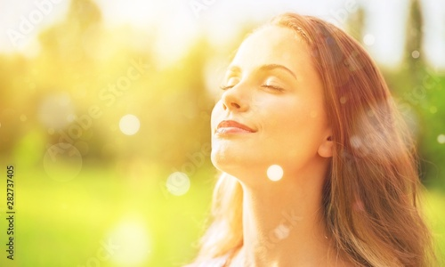 Photo Young woman on field under sunset light