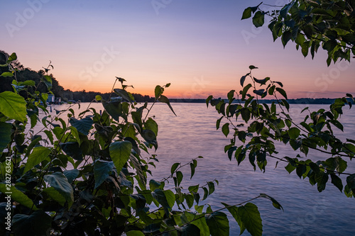 Photo Sunset at the beach and woods in Barrie Ontario Canada with lake view, river, tr