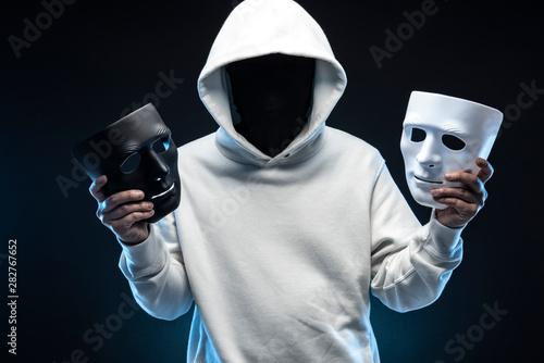 Tela  仮面の男性 白パーカー