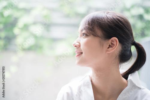 Obraz リラックスしている女性 - fototapety do salonu