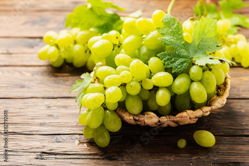 Sweet yellow grape with leaves Fotobehang