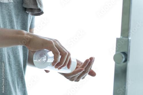 Fotografie, Obraz  化粧水を使う男性の手