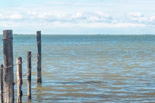 Photo sur Toile Bleu clair Brise-lames au bord de l'étang de Vaccarès