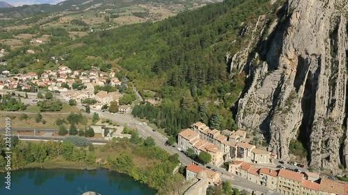 Fotografie, Obraz  Le village de Sisteron dans un site escapé, au bord de la Durance