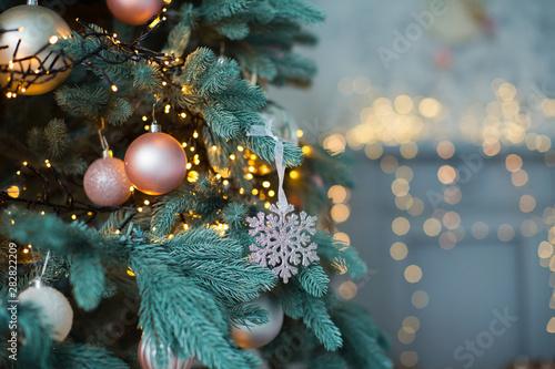 Foto op Canvas Kerstmis Christmas tree with pink and gold decorations