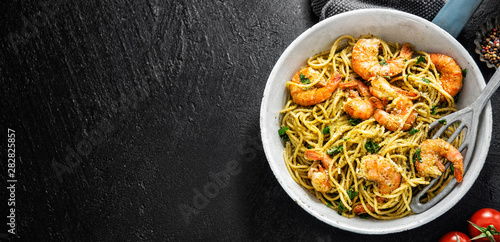 Makaron spaghetti z pesto i krewetkami