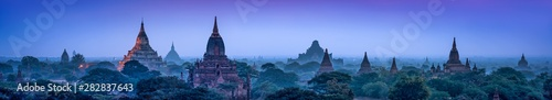 La pose en embrasure Bleu nuit Panorama of the old temples of Bagan at dusk, Myanmar