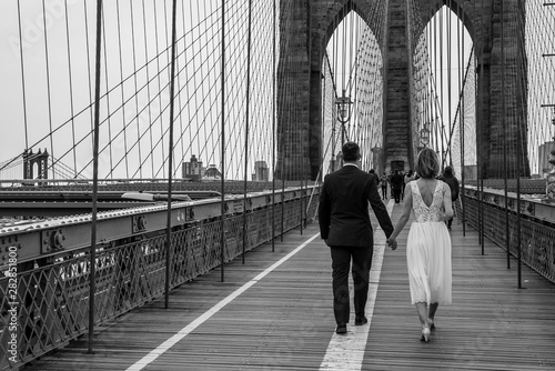 Fotografie, Tablou Just married by the Brooklyn bridge (NYC)