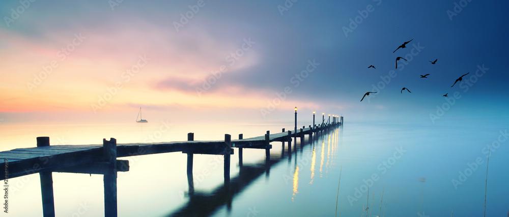 Fototapeta romantischer See mit Holzsteg im Herbst