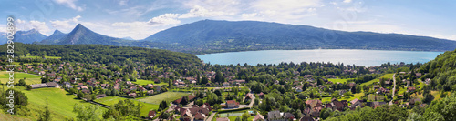 Photo Scenic view of mountains and scattering houses from Menthon castle in Haute-Savo