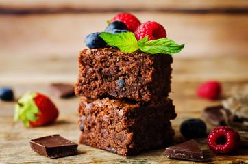 Čokoladni brownie s bobicama i listićima mente