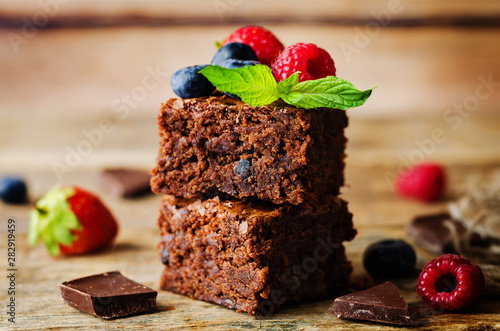 Fotomural Chocolate brownie with berries and mint leaves