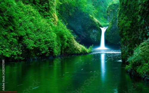 Photo Waterfall flowing in a lake.