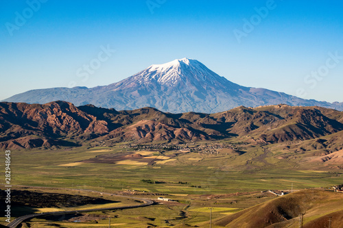 Photo Breathtaking view of Mount Ararat, Agri Dagi, the highest mountain in the extrem