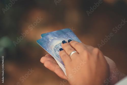 Deck of tarot cards on the hand of a woman Fototapete