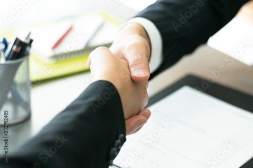 Obraz na plátně  握手を交わすビジネスマン