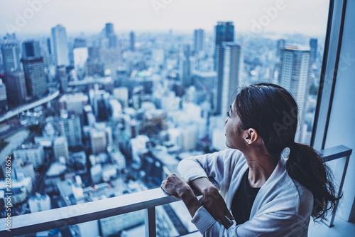 Fotomural  街を眺める女性