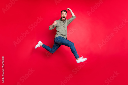 Fotografiet  Full length body photo of bearded strong sporty handsome white man wearing grey