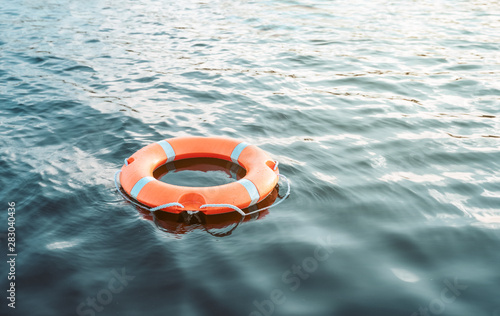 Photo Life buoy floating on the water with copy space