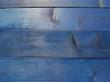 Blau lasiertes Holz