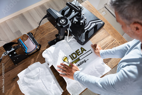Obraz Printing On T-Shirt In Workshop - fototapety do salonu