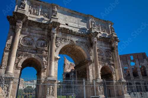 Fotografia, Obraz  The Arch of Constantine a triumphal arch in Rome, situated between the Colosseum
