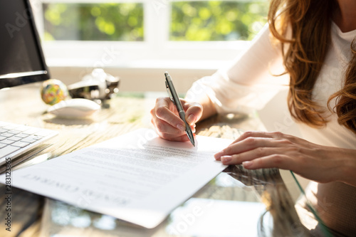 Fotomural  Businesswoman's Hand Signing Contract With Pen
