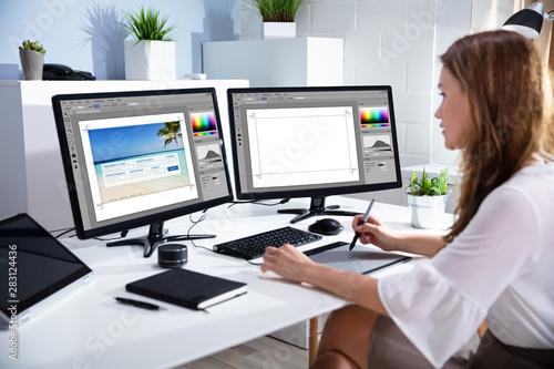 Female Editor Working On Computer Tapéta, Fotótapéta