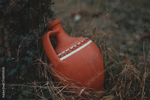 An antique water container in the woods Tableau sur Toile