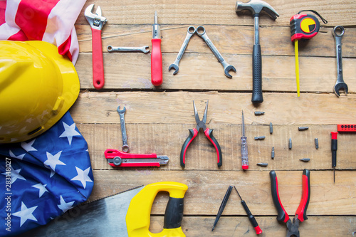 Poster Pays d Asie Happy Labor Day text with American flag on table