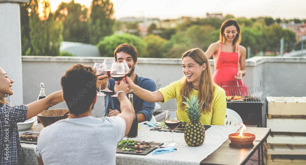 Fototapety, obrazy: Young friends cheering with red wine at rooftop barbecue dinner - Happy people doing bbq dinner outdoor with city view in background - Focus on blond girl face - Food, fun and friendship concept