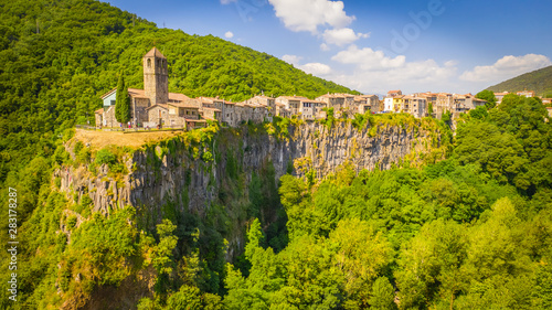 Türaufkleber Pistazie Castellfollit de la Roca. Castle on the rock. Spain. Aerial view