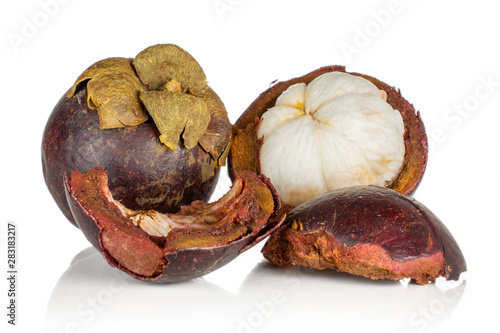 Photo  Group of one whole one half two pieces of deep purple mangosteen isolated on whi