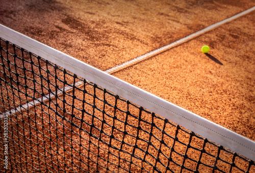 Carta da parati Tennis ball on a tennis court