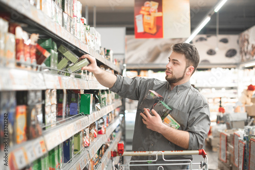 Cuadros en Lienzo Buyer buys a discount product at a supermarket