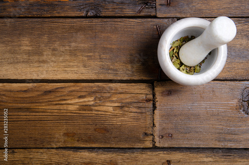 Photo  bunch of mint and mortar, pestle on brown wooden background, top view emty space