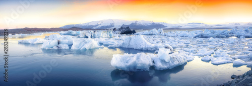 Fotografía  Beautifull landscape with floating icebergs in Jokulsarlon glacier lagoon at sun