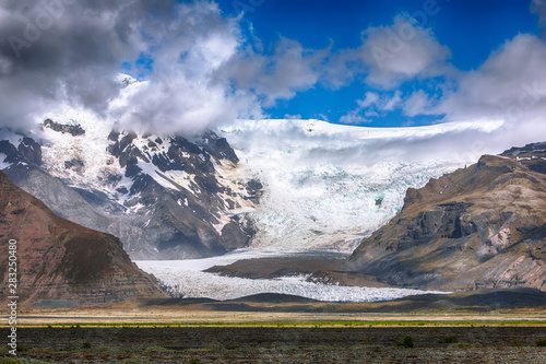 Poster Pierre, Sable Amazing view of Svinafellsjokull glacier tongue and volcanic mountains around