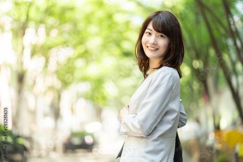 Obraz portrait of asian businesswoman walking in sidewalk - fototapety do salonu