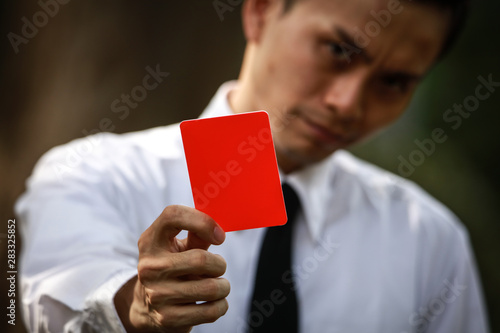 Valokuva  レッドカードを出す男性社員