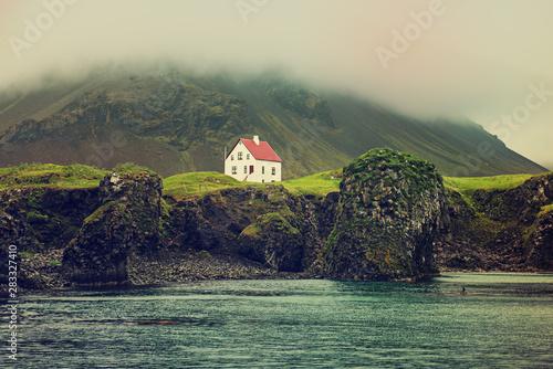 Obraz na plátně Lonely icelandic house