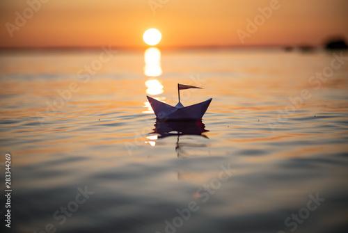 Papierschiff im Sonnenuntergang Slika na platnu
